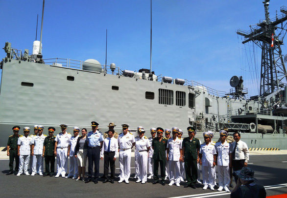 Australian and Vietnamese naval officials pose for a photo at Cam Ranh Port. Photo: Phan Song Ngan / Tuoi Tre