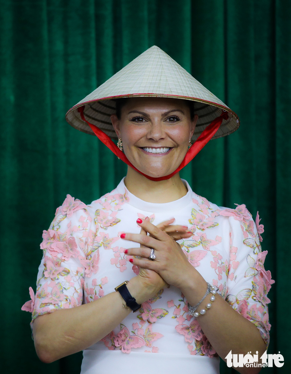 Crown Princess Victoria wears a 'non la' gifted by local students.