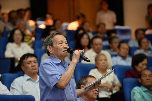 Le Thanh Tung, a voter in District 3, Ho Chi Minh City, asks for updates on the condition of Party General Secretary and State President Nguyen Phu Trong during a voters' meeting on May 7, 2019. Photo: Tu Trung / Tuoi Tre
