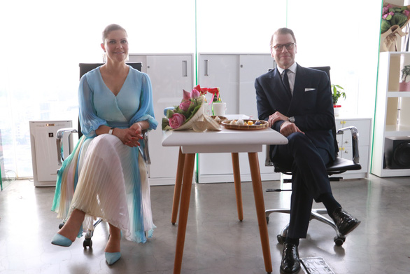 Crown Princess Victoria and her spouse during the visit to Fram Company in District 1, Ho Chi Minh City. Photo: Binh Minh / Tuoi Tre