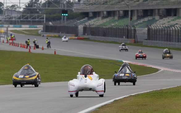 LH-EST's vehicle (white) races on the Shell Eco-marathon Asia 2019's track in Malaysia. Photo: Toai Nhi / Tuoi Tre