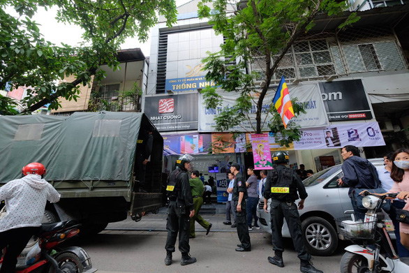 Police inspect major mobile phone seller in Hanoi