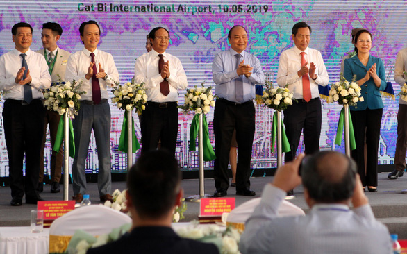 Prime Minister Nguyen Xuan Phuc (third right) attends the opening ceremony of new Bamboo Airways routes at Cat Bi International Airport, Hai Phong City on May 10, 2019. Photo: Tuan Phung / Tuoi Tre