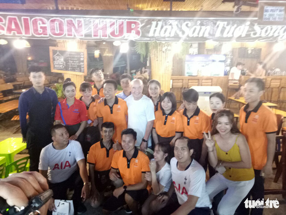 Joe Lewis poses with staff of a restaurant on Phu Quoc Island, southern Vietnam, on May 10, 2019. Photo: Duy Khanh / Tuoi Tre