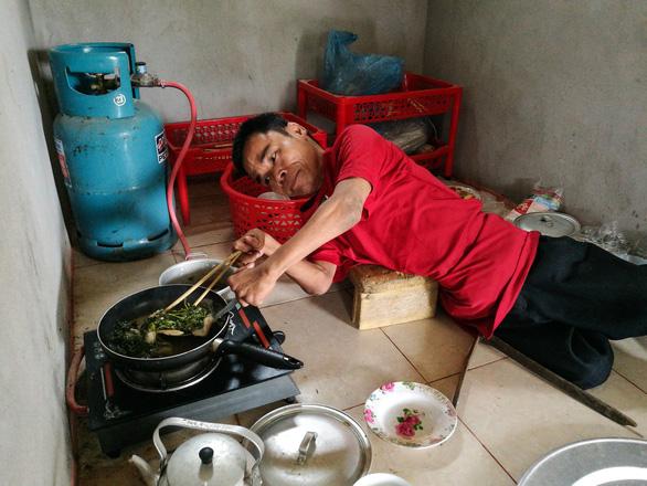 Vietnamese 'worm man' leads optimistic life despite disability