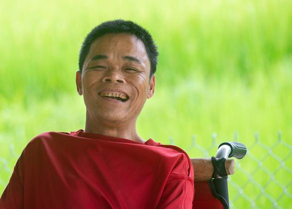 """Worm man"" Hoang Than happily smiles for a photo. Photo: Vu Tuan / Tuoi Tre"
