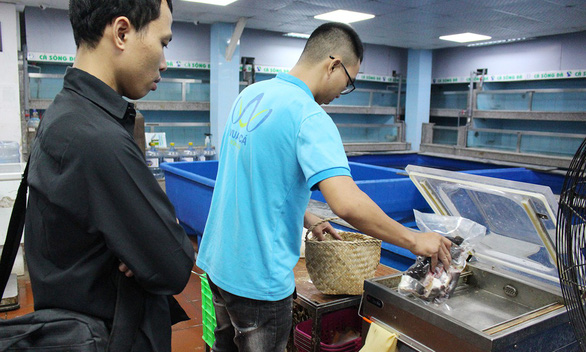 Hanoi businesses put goods in sedge bags to reduce plastic waste