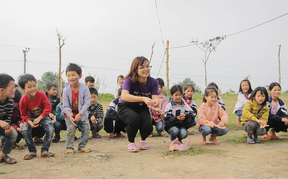 Vietnamese youngsters help the poor practice community-based tourism