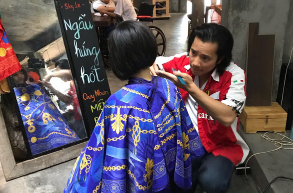 Overseas Vietnamese barber gives post-midnight haircuts for free in Saigon
