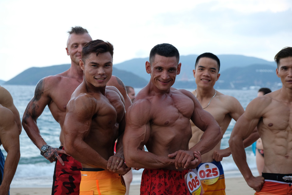 Nearly 100 bodybuilders flex muscles on Nha Trang beach