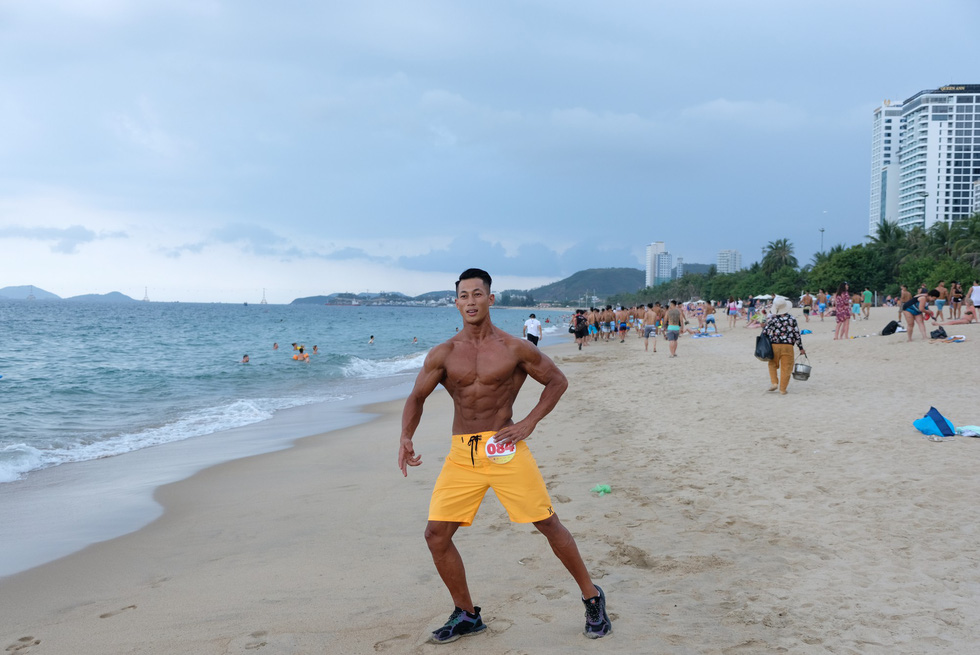 A contestant of the beach bodybuilding competition poses for photography on Tran Phu beach in Nha Trang, Khanh Hoa, south-central Vietnam, on May 13, 2019. Photo: Dinh Cuong / Tuoi Tre