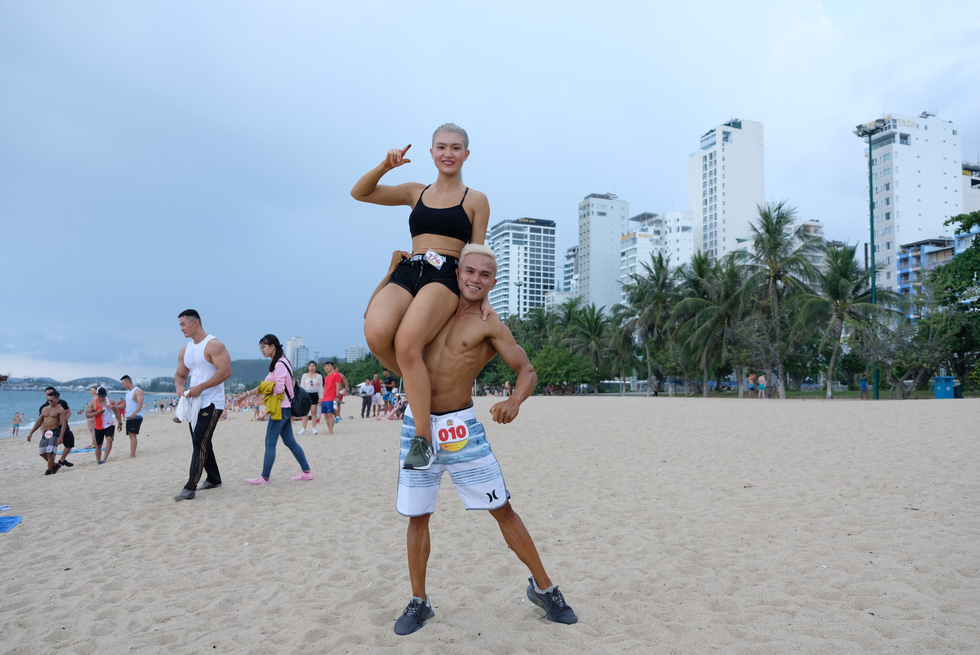 Contestants of the beach bodybuilding competition pose for photography on Tran Phu beach in Nha Trang, Khanh Hoa, south-central Vietnam, on May 13, 2019. Photo: Dinh Cuong / Tuoi Tre