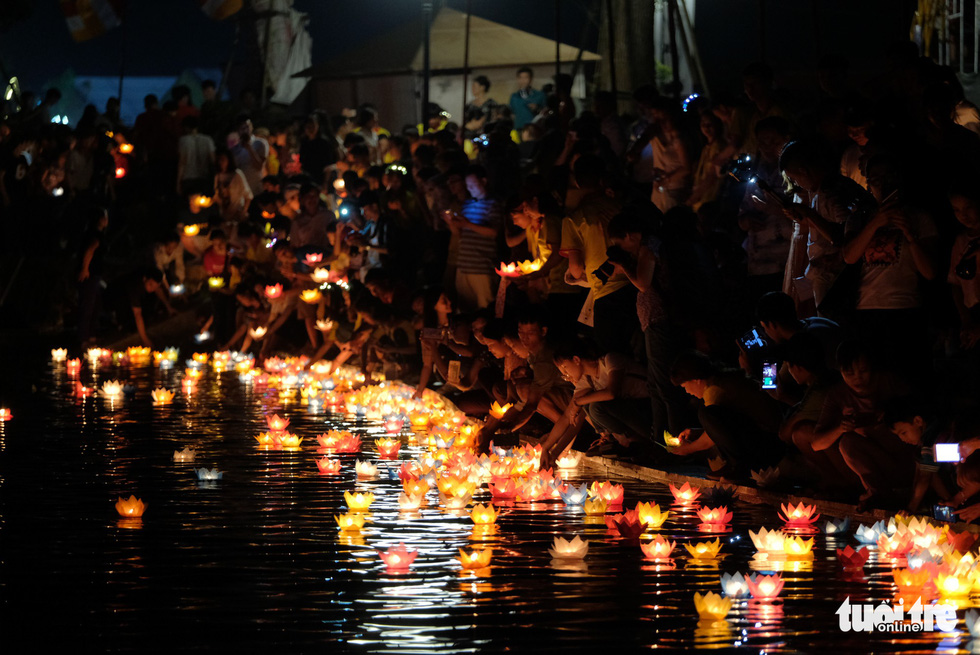 People release water lanterns at a lake in front of the Tam Chuc Pagoda in in Ha Nam, northern Vietnam, on May 13, 2019. Photo: Nam Tran / Tuoi Tre