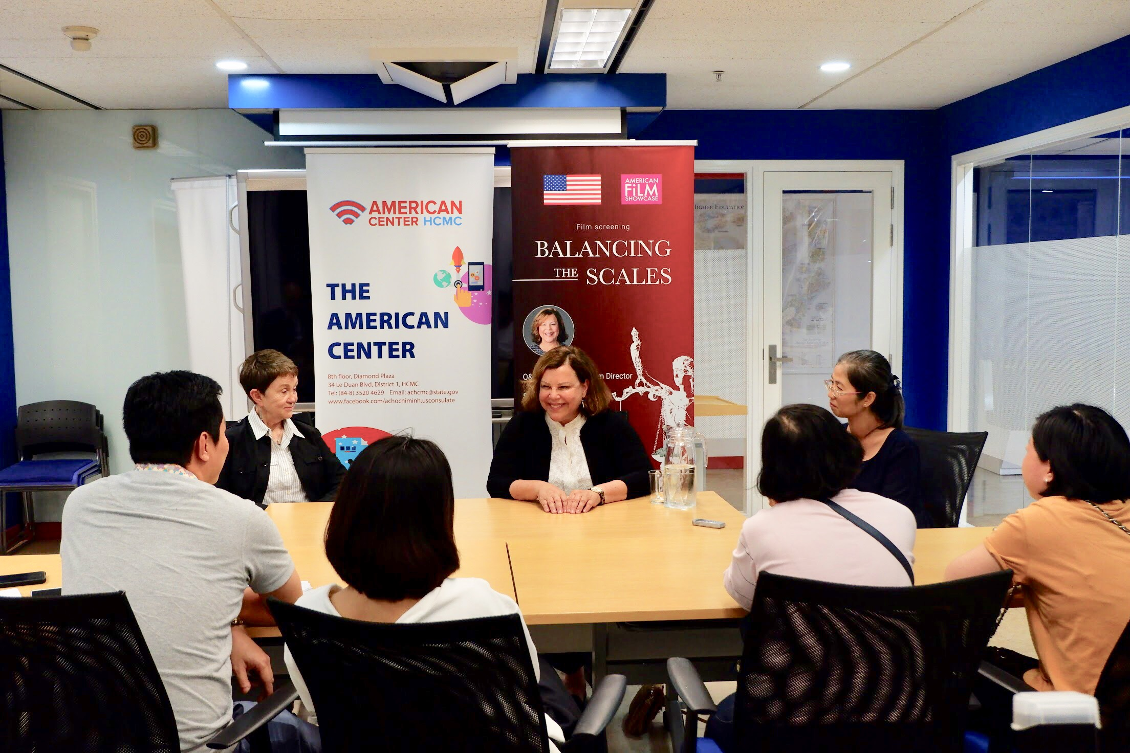 Attorney and filmmaker Sharon Rowen (C) talks local media at the screening of her film Balancing the Scales at the American Center on May 13, 2019 in Ho Chi Minh City. Photo: Dong Nguyen/ Tuoi Tre News