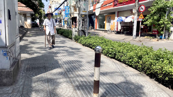 Tactile paving of little help on obstructed pavements in Ho Chi Minh City