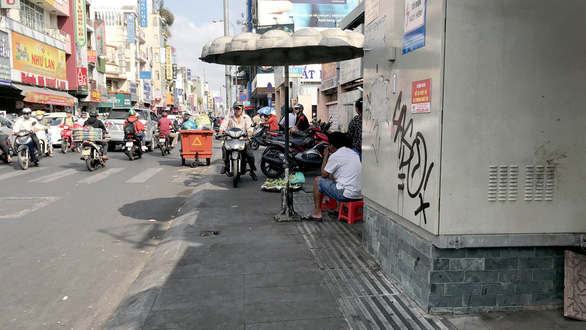 An electric cabinet blocks the tactile paving on the sidewalk along Hai Ba Trung Street, in District 1, Ho Chi Minh City. Photo: Le Phan / Tuoi Tre