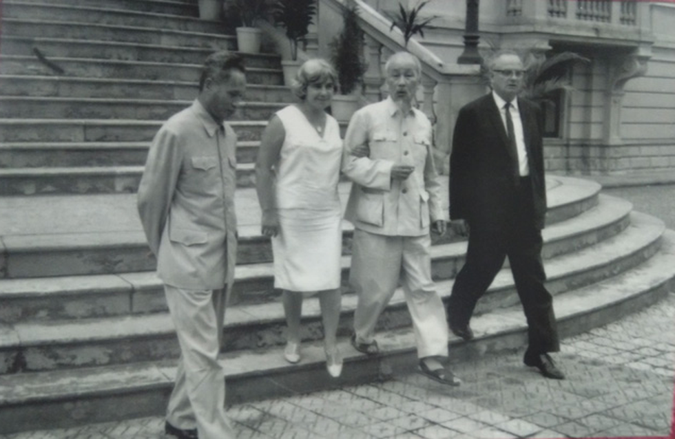 Vietnamese President Ho Chi Minh (second R) and Vietnamese Prime Minister Pham Van Dong receive Wilfred Burchett and his wife in Hanoi in 1966.
