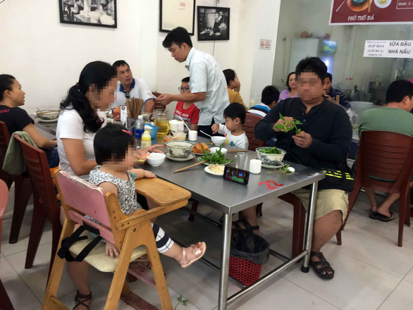 Expert warns Vietnamese parents against mixing screen time with meal time