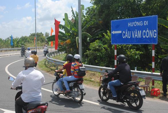 A road leading to Vam Cong Bridge.