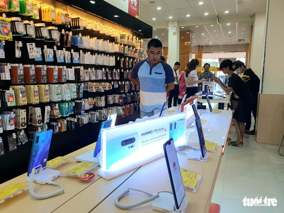 A customer visits the Huawei counter at a smartphone store in Ho Chi Minh City. Photo: Bong Mai / Tuoi Tre