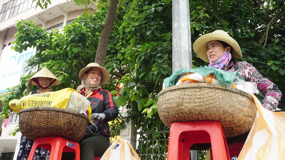 Meet this 'army' of chicken rice hawkers in central Vietnam