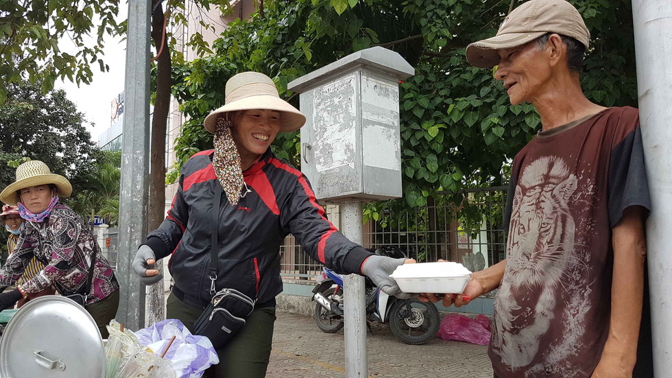 A street vendor happily sells lunch in Quang Binh. Photo: Tuoi Tre