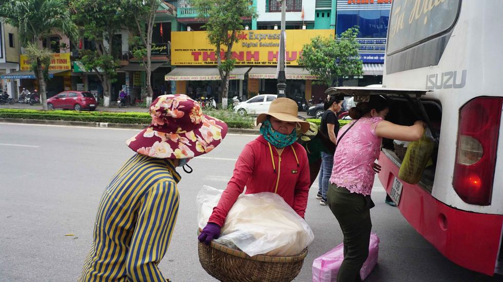 The 'army' of street vendors catches the early bus into town each morning in Quang Binh. Photo: Tuoi Tre