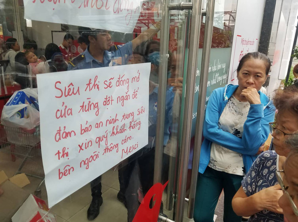 A notification is stuck in front of an Auchan supermarket in Ho Chi Minh City on May 21, 2019 informing customers that the store has been closed for a while due to overcrowding. Photo: Nguyen Tri / Tuoi Tre