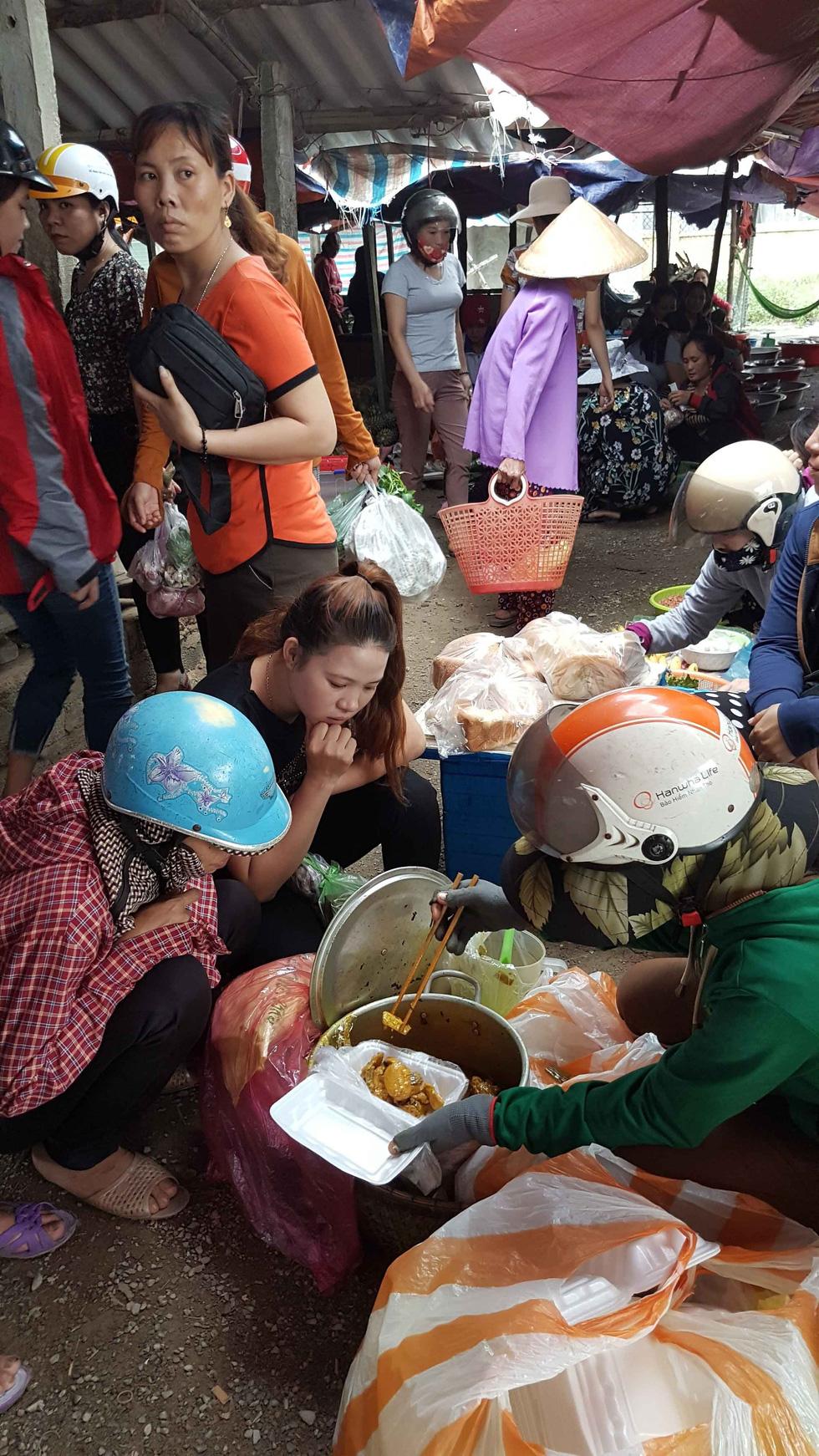 A street vendor sells chicken rice in Quang Binh. Photo: Tuoi Tre