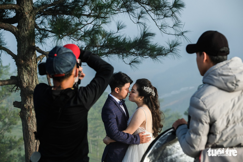 Couples pose for wedding photo shoot at 'Lovebird Hill' in Lam Dong Province, Vietnam. Photo: Tuoi Tre