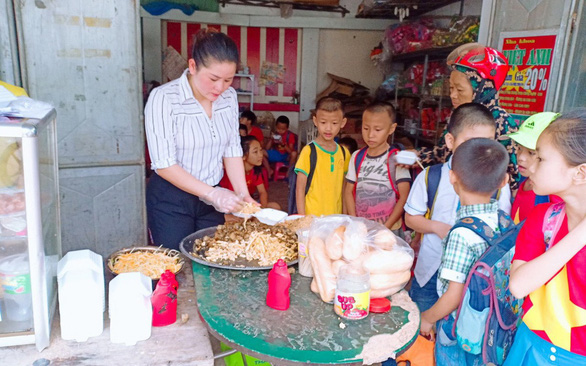 Vietnamese teacher couple provide free breakfast for low-income students
