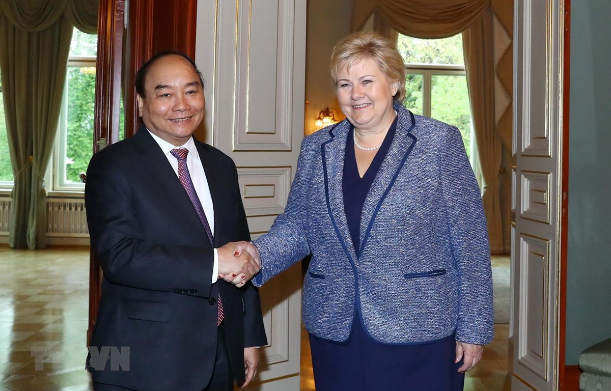 Vietnamese Prime Minister Nguyen Xuan Phuc shakes hands with Norwegian Prime Minister Erna Solberg in Oslo on May 24, 2019. Photo: Vietnam News Agency