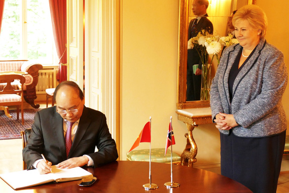 Vietnamese Prime Minister Nguyen Xuan Phuc signs a guest book in Oslo, Norway on May 24, 2019. Photo: Da Trang / Tuoi Tre