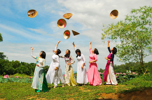 Cancer patients wear wigs and pose with ao dai. Photo: Dang Huu Hung