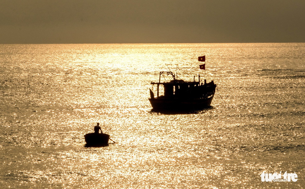 A fishing boat heads to the market after their trip at sea. Photo: Nam Tran / Tuoi Tre