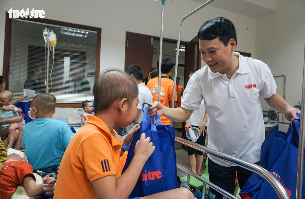 Ho Thanh Vien, a representative of Tuoi Tre (Youth) newspaper, awards gifts to children with cancer at an oncology hospital in Hanoi on May 26, 2019. Photo: Nguyen Hien / Tuoi Tre
