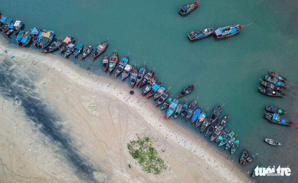 Boats of local fishermen line up near the market. Photo: Nam Tran / Tuoi Tre