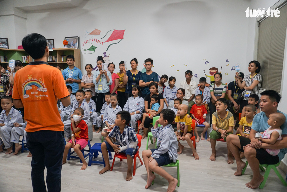 Member of a charity group tells stories to cancer children at an oncology hospital in Hanoi. Photo: Nguyen Hien / Tuoi Tre