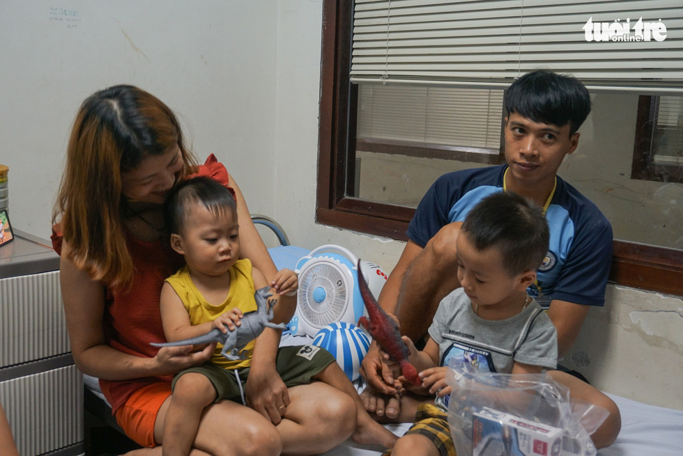 A photo of a happy family when receiving new toys at an oncology hospital in Hanoi. Photo: Nguyen Hien / Tuoi Tre