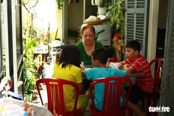 Retired Da Nang teacher tutors local children in English for free