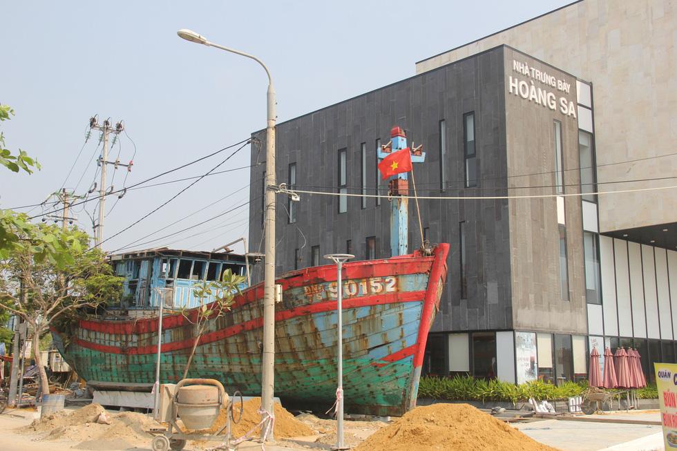 Da Nang exhibits fishing boat sunk by China off Vietnam's Hoang Sa archipelago