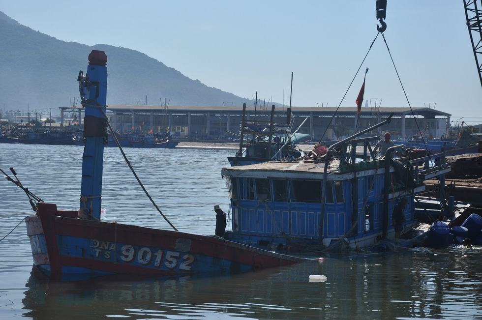 The wreck of Vietnamese fishing boat DNa 90152 is tugged to shore in Da Nang after being sunk by a Chinese vessel off Hoang Sa (Paracel) Islands on May 26, 2014. Photo: Truong Trung / Tuoi Tre