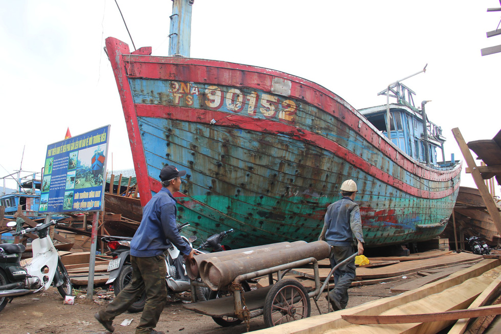 The wreck of Vietnamese fishing boat DNa 90152 is seen at the Tho Quang fishing port before its relocation to the Hoang Sa Exhibition House in Da Nang. Photo: Truong Trung / Tuoi Tre