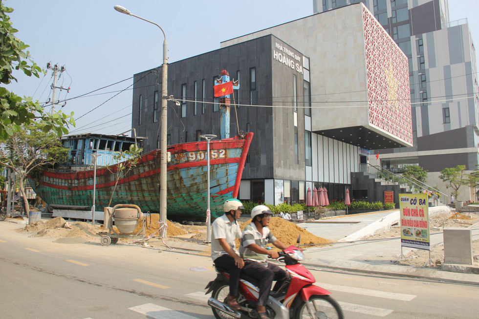 The wreck of Vietnamese fishing boat DNa 90152 is on display outside the Hoang Sa Exhibition House in Da Nang. Photo: Truong Trung / Tuoi Tre