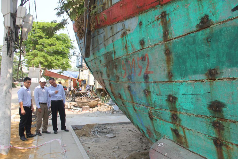 Officials inspect damages done to Vietnamese fishing boat DNa 90152 after it was sunk by a Chinese vessel off Hoang Sa (Paracel) Islands on May 26, 2014. Photo: Truong Trung / Tuoi Tre