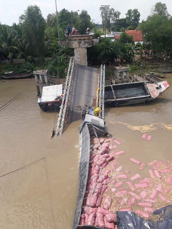 Tan Nghia Bridge gives way in the Mekong Delta province of Dong Thap on May 31, 2019. Photo: Tuoi Tre