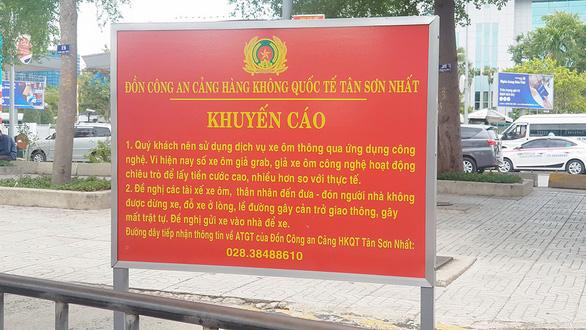 A sign warning against fake GrabBike drivers is seen at Tan Son Nhat International Airport, Ho Chi Minh City. Photo: Ngoc Khai / Tuoi Tre