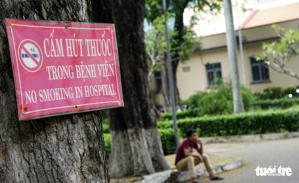A no smoking sign is seen hung on a tree at Children's Hospital 2 in District 1, Ho Chi Minh City. Photo: Duyen Phan / Tuoi Tre