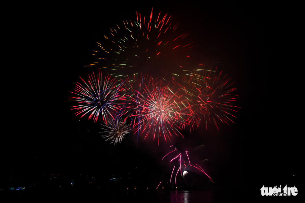 Photo capturing a moment during Vietnam's fireworks team performance at the opening ceremony of Da Nang International Fireworks Festival 2019 on June 1, 2019. Photo: Tuoi Tre