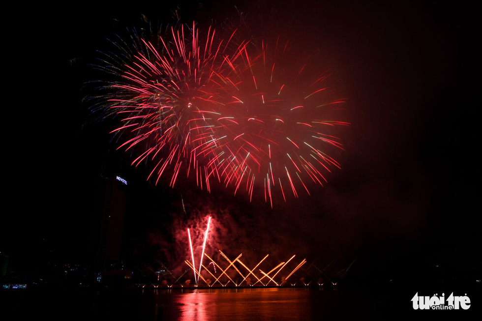 A layer of smoke is seen during the fireworks performance of Vietnam's team at the opening ceremony of Da Nang International Fireworks Festival 2019 on June 1, 2019. Photo: Tuoi Tre